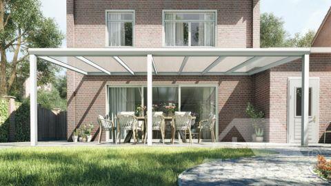 Moderne terrasoverkapping in mat wit van 7,06 x 3,5 meter met heldere polycarbonaat