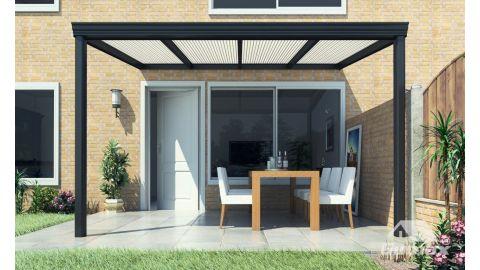 Gumax terrasoverkapping vooraanzicht 4.06m breed x 2.5m diep klassiek antraciet met opaal polycarbonaat dak