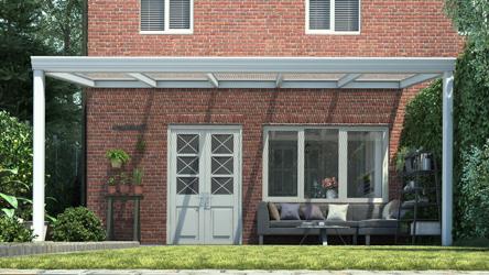 Klassieke terrasoverkapping in mat wit van 5,06 x 3 meter met heldere polycarbonaat - Tuinmaximaal