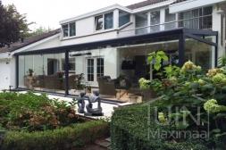 Klassieke Gumax® Terrasoverkapping in mat antraciet van 8,06 x 3,5 meter met glazen dakplaten inclusief Gumax glazen schuifwanden