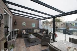 Moderne Gumax® Terrasoverkapping in mat antraciet van 6,06 x 3,5 meter met opaal polycarbonaat dakplaten inclusief Gumax LED verlichting, glazen schuifwanden, deurgrepen, U-profiel, sierstrips en tochtstrips voor schuifwanden.