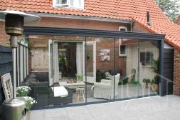 Gumax® Glazen schuifwanden in mat antraciet met tochtstrips, sierstrips en deurgrepen