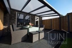 Moderne Gumax® Terrasoverkapping in mat antraciet van 5,06 x 3 meter met opaal polycarbonaat dakplaten inclusief Gumax polycarbonaat spie op schutting