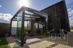 Klassieke Gumax® Serre aanbouw aan huis in mat antraciet van 4,06 x 4 meter met glazen dakplaten inclusief Gumax zonwering, glazen schuifwanden, glazen spie en vaste zijwand