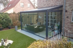 Moderne Gumax® Terrasoverkapping in mat antraciet van 5,06 x 3,5 meter met opaal polycarbonaat dakplaten inclusief Gumax glazen schuifwanden, U-profiel, sierstrips en tochtstrips voor schuifwanden.