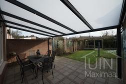 Moderne Gumax® Terrasoverkapping in mat antraciet van 7,06 x 4 meter met opaal polycarbonaat dakplaten inclusief Gumax LED verlichting