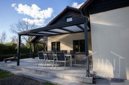 Klassieke Gumax® Overkapping aan huis in mat antraciet van 5,06 x 3,5 meter met ingekorte iq-relax polycarbonaat platen