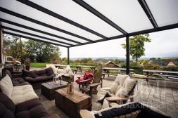 Moderne Gumax® Overkapping aan huis in mat antraciet van 8,06 x 4 meter met opaal polycarbonaat dakplaten inclusief Gumax® verlichting