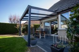 Klassieke Gumax® Terrasoverkapping in mat antraciet van 4,06 x 3 meter met heldere polycarbonaat dakplaten