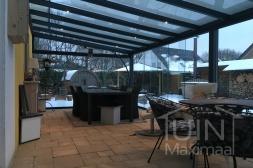 Moderne Gumax® Overkapping aan huis in mat antraciet met glazen dakplaten inclusief Gumax Glazen schuifwanden en glazen spie