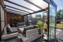 Moderne Gumax® Terrasoverkapping in mat antraciet met melkglas dakplaten