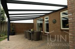 Moderne Gumax® Terrasoverkappingin mat antraciet van 6,06 x 3 meter met melkglas dakplaten