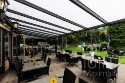 Moderne Gumax® Terrasoverkapping in mat antraciet van 12,06 x 4 meter met opaal polycarbonaat dakplaten