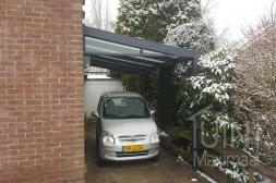 Moderne Gumax® aluminium carport aan huis in mat antraciet met glazen spie