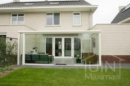Moderne Gumax® Overkapping aan huis in mat crème van 6,06 x 3 meter met glazen dakplaten inclusief Gumax glazen schuifwanden
