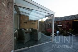 Klassieke Gumax® Terrasoverkapping in mat crème van 3,06 x 2,5 meter iq-relax polycarbonaat dakplaten inclusief Gumax  glazen schuifwanden en glazen spie.