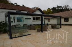 Moderne Gumax® Overkapping aan huis in mat antraciet van 7,06 x 3,5 meter met glazen dakplaten inclusief Gumax glazen schuifwanden en glazen spie