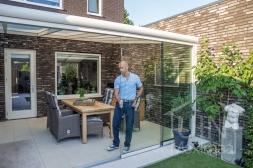 Moderne Gumax® Serre aanbouw aan huis in mat creme van 5,06 x 3,5 meter met opaal polycarbonaat dakplaten inclusief Gumax LED verlichting en glazen schuifwanden