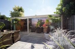 Gumax® klassieke terrasoverkapping aan huis in mat wit met glazen schuifwanden