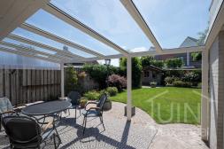 Gumax®Moderne Terrasoverkapping in mat creme 6 meter met glazen dak