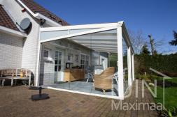 Klassieke Gumax® overkapping in mat wit van 6,06 x 4 meter met glazen schuifwanden