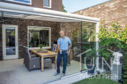 Moderne Gumax® overkapping in mat wit met opaal polycarbonaat dak en glazen schuifdeuren