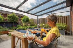 Moderne Gumax® Terrasoverkapping in mat antraciet van 5,06 x 3,5 meter met glazen dakplaten