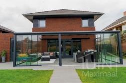 Moderne Gumax® aanbouw in mat antraciet van 7,06 x 4 meter met opaal polycarbonaat dakplaten inclusief Gumax LED verlichting, glazen schuifwanden en Glazen spie