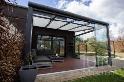 Moderne Gumax® Serre aanbouw in mat antraciet van 4,06 x 4,0 meter met glazen dakplaten inclusief Gumax zonwering en Glazen schuifwanden en glazen spie