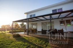 Moderne Gumax® Overkapping aan huis in mat antraciet van 11,06 x 4 meter met iq-relax polycarbonaat dakplaten inclusief Gumax LED verlichting