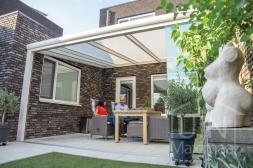 Moderne Gumax® Terrasoverkapping in mat crème van 5,06 x 4 meter met een ingekorte breedte met opaal polycarbonaat dakplaten inclusief Gumax LED verlichting en glazen schuifwanden