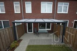Moderne Gumax® Overkapping  aan huis in mat antraciet van 5,06 x 3,5 meter met opaal polycarbonaat dakplaten