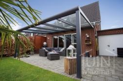 Klassieke Gumax® Terrasoverkapping in mat antraciet van 5,06 x 4 meter met glazen dakplaten