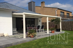 Moderne aluminium Gumax® overkapping in mat wit aan huis met opaal polycarbonaat dak