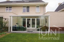 Moderne Gumax® Terrasoverkapping in mat wit met glazen schuifwanden in de tuin