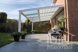 Moderne Gumax® Terrasoverkapping in mat wit van 5,06 x 3,5 meter aan huis met helder glazen dakplaten en zonnescherm