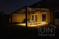 Moderne Gumax® Terrasoverkapping in mat antraciet van 5,06 x 3,5 meter met polycarbonaat dakplaten inclusief Gumax® verlichting, glazen spie en spie op schutting