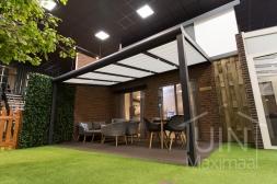 Moderne Gumax® Terrasoverkapping in mat antraciet van 5,06 x 3 meter met glazen dakplaten <br>inclusief Gumax zonwering en LED verlichting