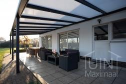 Moderne Gumax® overkapping in mat antraciet aan huis van 11,06 x 4 meter met iq-relax polycarbonaat dakplaten inclusief Gumax LED verlichting