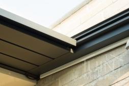 Gumax® elektrische zonwering in mat antraciet detailfoto van de opslagbox