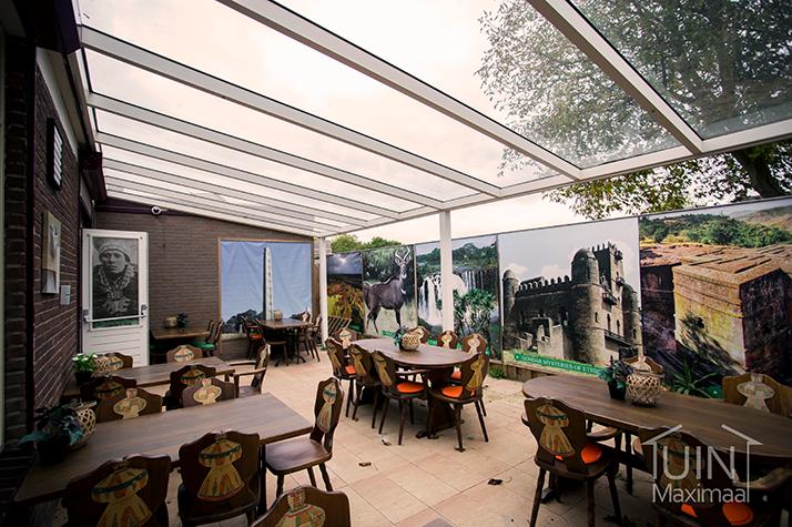 restaurant met een terrasoverkapping met glazen dak