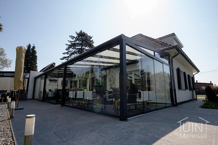 terrasoverkapping polycarbonaat dak en glazen schuifwanden
